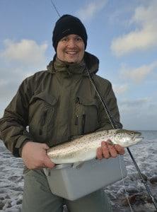 En glad deltager på en guidet fisketur i det sydfynske - Dagen resulterede i hans første fluefangede havørred.. Ja faktiskt hele to stk. i denne kaliber..